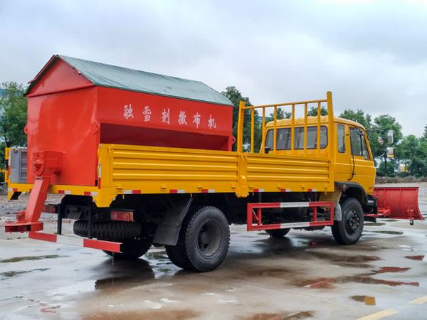 东风融雪车 多功能除雪车 3米推雪铲 4方撒布机
