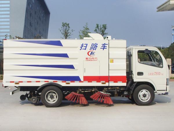 东风5吨扫路车